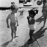 Hot weather at London's Hyde Park Lido 1957 Fotografisk tryk af Bela Zola