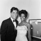 Dionne Warwick and Sacha Distel, 1964 Fotografisk tryk af Staff