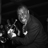 Louis Armstrong Performing in London, 1956 Fotografisk trykk av  Staff