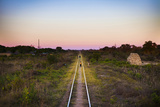 Children Playing on Train Tracks at Sunset in Zambia Fotografisk tryk af Eric Schmiedl