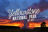 Yellowstone National Park - Old Faithful Sunset Plastikskilte af Lantern Press