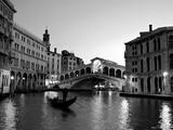 Rialtobrücke, Canale Grande, Venedig, Italien Fotodruck von Alan Copson