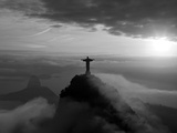 Statue of Jesus, known as Cristo Redentor (Christ the Redeemer), on Corcovado Mountain in Rio De Ja Fotografisk tryk af Peter Adams