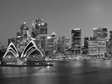 Australia, New South Wales, Sydney, Sydney Opera House, City Skyline at Dusk Fotografie-Druck von Shaun Egan