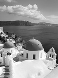 Greek Orthodox Church in Oia Village, Santorini Island, Cyclades, Greek Islands, Greece, Europe Fotografisk tryk af Richard Cummins