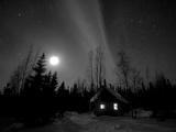 Cabin under Northern Lights and Full Moon, Northwest Territories, Canada March 2007 Fotodruck von Eric Baccega