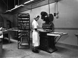 Meat Pie Production, Rawmarsh, South Yorkshire, 1959 Reproduction photographique par Michael Walters