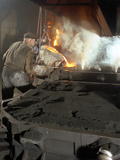 Pouring Molten Metal from a Cupola into Moulds, Steel Bath Production, Hull, Humberside, 1965 Reproduction photographique par Michael Walters