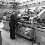 Churchill Lathe in Use, Park Gate Iron and Steel Co, Rotherham, South Yorkshire, 1964 Fotografie-Druck von Michael Walters