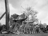 Archery Practice at the Ciswo Paraplegic Centre, Pontefract, West Yorkshire, 1960 Reproduction photographique par Michael Walters