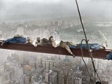 Construction Workers Resting on Steel Beam above Manhattan Reproduction photographique