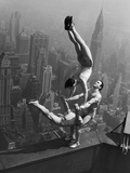 Acrobats Performing on the Empire State Building Fotografie-Druck