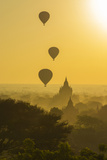 Myanmar. Bagan. Hot Air Balloons Rising over the Temples of Bagan Papier Photo par Inger Hogstrom