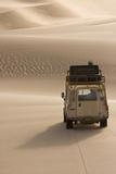 Skeleton Coast, Namibia. Land Rover Venturing Out over the Sand Dunes Fotografisk tryk af Janet Muir