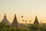 Myanmar. Bagan. Hot Air Balloons Rising over the Temples of Bagan Photographie par Inger Hogstrom