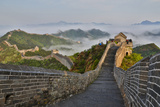 Great Wall of China on a Foggy Morning. Jinshanling, China Foto van Darrell Gulin