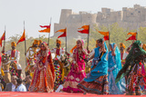 Dancing Women in Sari. Desert Festival. Jaisalmer. Rajasthan. India Foto von Tom Norring