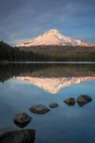 Sunset on Mount Hood from Trillium Lake, Cascade Mountains, Oregon Foto von Brian Jannsen
