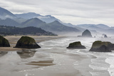 USA, Oregon, Cannon Beach. Fog Rises over Coastline at Low Tide Photographie par Jean Carter