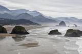 USA, Oregon, Cannon Beach. Fog Rises over Coastline at Low Tide Foto av Jean Carter