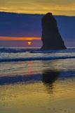 USA, Oregon, Cannon Beach. Sunset on Lone Seastack Foto av Jean Carter