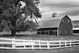 USA, Washington. Barn and Wooden Fence on Farm Foto von Dennis Flaherty