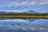 USA, Oregon. Clouds Reflect in Small Lake at Black Butte Ranch Foto av Jean Carter