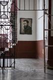Greg Davis - A Painting of Fidel Castro Is Framed Through a Doorway in Havana, Cuba - Fotografik Baskı