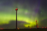 The Aurora Borealis or Northern Lights over a Wind Farm in North Dakota Fotografisk tryk af Mike Theiss