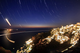 Time-Exposure Image of Santorini Island at Night with Star Trails around Polaris Fotografisk tryk af Babak Tafreshi