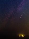 A Bright Meteor During Perseid Meteor Shower Streaks across the Night Sky Fotografisk tryk af Babak Tafreshi