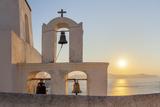 A Summer Sunset on the Mediterranean Island of Santorini, with a Historic Church and a Bell Tower Lámina fotográfica por Babak Tafreshi