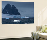 Icebergs and Mountains Near Cuverville Island, Antarctica Vægplakat af Ralph Lee Hopkins