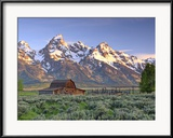 An Old Mormon Barn Sits at the Base of Grand Teton Photographie encadrée par Robbie George