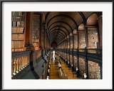 The Long Room in the Old Library at Trinity College in Dublin Gerahmter Fotografie-Druck von Chris Hill