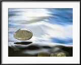 Michael Durham/Minden Pictures - Skipping Stone Just About to Hit the Water's Surface Zarámovaná reprodukce fotografie