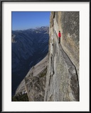 A climber walks a 40-foot-long sliver of granite on Half Dome, named the Thank God Ledge. Photographie encadrée par Jimmy Chin