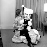 Ringo Starr, in New York Hotel Room, with a Gigantic Stuffed Toy Animal, Sent to Him by His Fans Fotografisk tryk
