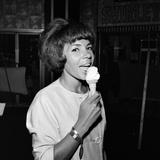 Shirley Bassey Fotografie-Druck von Carl Bruin