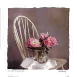 Old Chair With Peonies 高品質プリント : ジュディ・マンドルフ