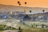 Sunrise Landscape with Hot Air Balloons, Goreme, Cappadocia, Turkey Fotografisk tryk af Stefano Politi Markovina