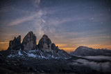 The Milky Way with its Stars Appear in a Summer Night on the Three Peaks of Lavaredo. Dolomites Fotografisk tryk af  ClickAlps