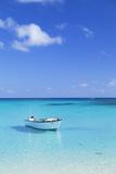 Boat on Blue Lagoon, Nacula Island, Yasawa Islands, Fiji Lámina fotográfica por Ian Trower
