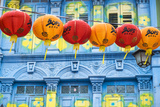 Chinese Lanterns and Colourful Old Building, Singapore Fotografie-Druck von Peter Adams