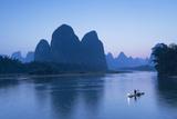Cormorant Fisherman on Li River at Dusk, Xingping, Yangshuo, Guangxi, China Lámina fotográfica por Ian Trower