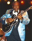 BB King Performing on Stage using Black Les Paul in Silk Blue Tuxedo with Black Cuffs Foto av  Movie Star News
