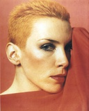 Annie Lennox posed in Close Up in Red Background Photo by  Movie Star News