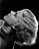 Jean Harlow Close Up Portrait Side View in Black Drape Velvet Dress with Marcel Wave Hair Fotografía por Movie Star News
