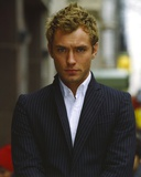 Jude Law Looking at the Camera wearing a Suit and White Undershirt in a Portrait Foto von  Movie Star News