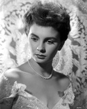 Jean Simmons Portrait in White Sheer Lace V-Neck Shoulder Silk Dres and Pearl Necklace Photo af Movie Star News